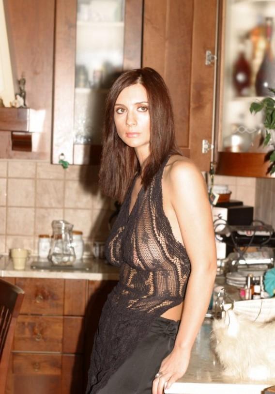 Екатерина Стриженова в прозрачной кофте на голое тело на кухне. частное фот